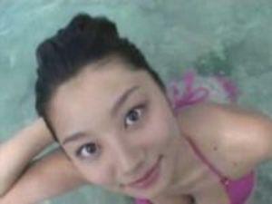 ピンクの極小水着から乳首がポロリ